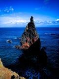 Acantilado en Madeira con el mar Fotos de archivo libres de regalías