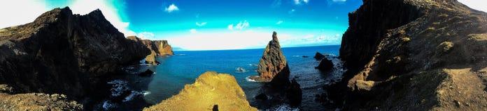Acantilado en Madeira con el mar Foto de archivo libre de regalías