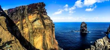 Acantilado en Madeira con el mar Imágenes de archivo libres de regalías