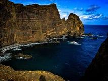 Acantilado en Madeira con el mar Imagen de archivo libre de regalías