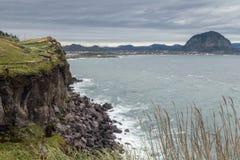 Acantilado escarpado al lado de la montaña de Songaksan en la isla de Jeju fotos de archivo libres de regalías