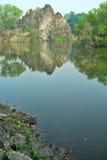 Acantilado majestuoso de la montaña con la reflexión Fotos de archivo