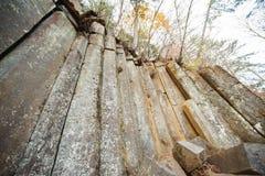 Acantilado natural que sorprende de cantos rodados pentagonales foto de archivo libre de regalías