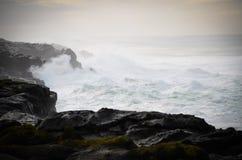Acantilado oscuro del océano Fotografía de archivo libre de regalías