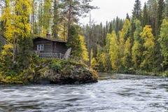 Acantilado, pared de piedra, bosque, cascada y opinión salvaje del río en otoño Imagen de archivo