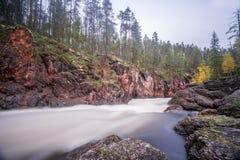 Acantilado, pared de piedra, bosque, cascada y opinión salvaje del río en otoño Foto de archivo libre de regalías