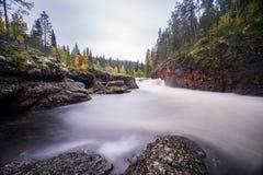 Acantilado, pared de piedra, bosque, cascada y opinión salvaje del río en otoño Imágenes de archivo libres de regalías
