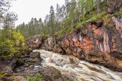 Acantilado, pared de piedra, bosque, cascada y opinión salvaje del río en otoño Fotos de archivo libres de regalías