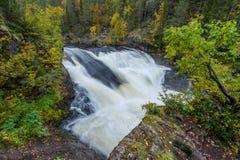Acantilado, pared de piedra, bosque, cascada y opinión salvaje del río en otoño Fotografía de archivo libre de regalías