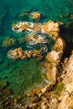 Acantilado, pino y rocas en Costa Brava, España. Foto de archivo