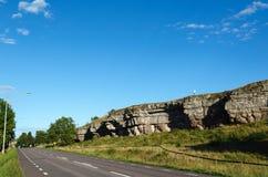 Acantilado poderoso por el borde de la carretera Foto de archivo