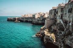 Acantilado Polignano del pueblo del mar una yegua - Bari - Apulia - Italia Imagenes de archivo
