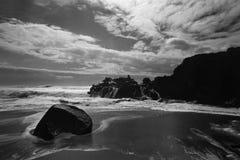 Acantilado retroiluminado suave del mar imagen de archivo libre de regalías