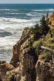 Acantilado rocoso abajo al océano Fotografía de archivo libre de regalías