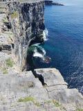 Acantilado rocoso del agua azul Imagen de archivo libre de regalías