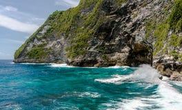 Acantilado rocoso, salpicando ondas y el mar hermoso Fotografía de archivo