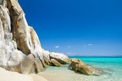 Acantilado rocoso sobre el agua clara hermosa Imagen de archivo