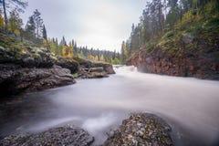 Acantilado rojo, pared de piedra, bosque, cascada y opinión salvaje del río en otoño Fotografía de archivo libre de regalías