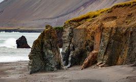 Acantilado salvaje en Islandia imagenes de archivo