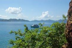 Acantilado, vegetación y barco de la roca Imagen de archivo libre de regalías