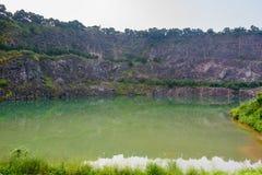 Acantilado y reflexión en agua Imagenes de archivo