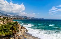 Acantilado y señal en Nerja, Costa del Sol, España meridional fotos de archivo libres de regalías