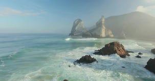 Acantilados épicos y opinión de las olas oceánicas almacen de metraje de vídeo