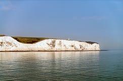 Acantilados blancos de Dover, según lo visto del transbordador imagen de archivo libre de regalías