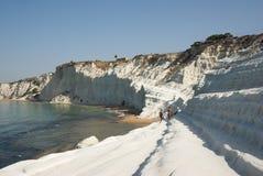Acantilados blancos de una bahía siciliana Imagen de archivo libre de regalías