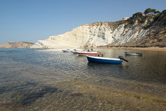 Acantilados blancos de una bahía siciliana Imagenes de archivo