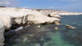 Acantilados blancos y mar azul Mar Mediterráneo Costa de Chipre almacen de video