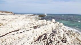 Acantilados blancos y mar azul Mar Mediterráneo Costa de Chipre metrajes