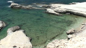 Acantilados blancos y mar azul Mar Mediterráneo Paisaje hermoso del mar de la costa de Chipre de la isla de Chipre con un rocoso almacen de metraje de vídeo