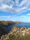 Acantilados cerca de la bahía de Aya en el lago Baikal Foto de archivo libre de regalías