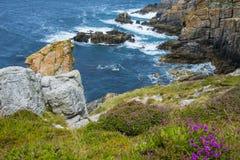 Acantilados costeros hermosos en Bretaña Imágenes de archivo libres de regalías