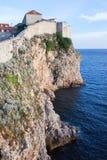 Acantilados de Dubrovnik por el mar adriático Imagen de archivo