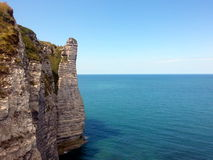 Acantilados de Etretat, yendo en el mar azul tranquilo, Francia Foto de archivo