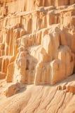 Acantilados de la arena en fondo industrial de la mina imágenes de archivo libres de regalías