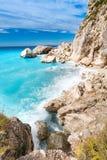 Acantilados de la isla de Lefkada con el mar agitado y las ondas azules del claro Imágenes de archivo libres de regalías