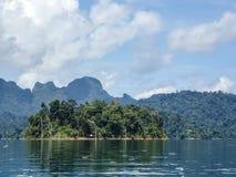 Acantilados de la isla y de la piedra caliza en el lago Khao Sok Foto de archivo libre de regalías
