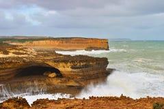 Acantilados de la piedra arenisca con las ondas grandes en el gran camino del océano Fotos de archivo libres de regalías