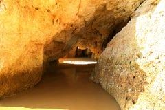 Acantilados de la piedra caliza en la costa de Algarve Foto de archivo