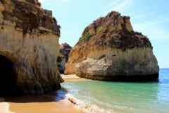 Acantilados de la piedra caliza en la costa de Algarve Fotos de archivo