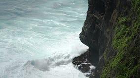 Acantilados de la piedra de Uluwatu, olas oceánicas Visión superior aérea Bali, Indonesia almacen de video