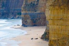 Acantilados de la playa en Australia meridional cerca de Melbourne y del gran camino del océano Foto de archivo libre de regalías