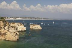 Acantilados de la playa en Lagos, Algarve, Portugal foto de archivo libre de regalías