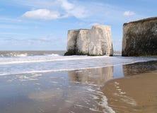 Acantilados de la playa, Inglaterra imagenes de archivo