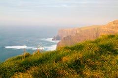 Acantilados de la torre Irlanda de Moher y de OBriens Fotos de archivo libres de regalías