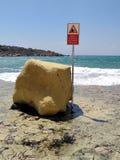 Acantilados de las rocas del peligro que caen imagenes de archivo