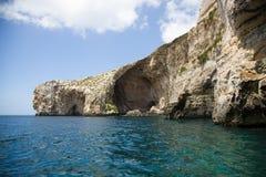 Acantilados de Malta en la gruta azul del nivel del mar Fotos de archivo